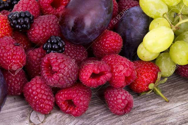 Nutritional Value of Raspberries and Grapes