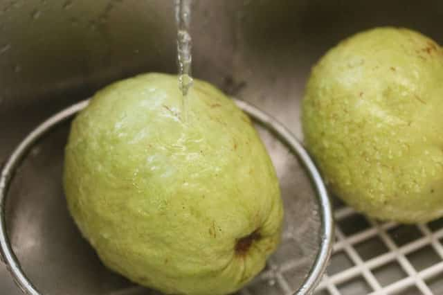 how to eat guava with clean